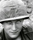 ამერიკელი ჯარისკაცი ჩაფხუტზე ხელით მიწერილი სლოგანით ომი ჯოჯოხეთია