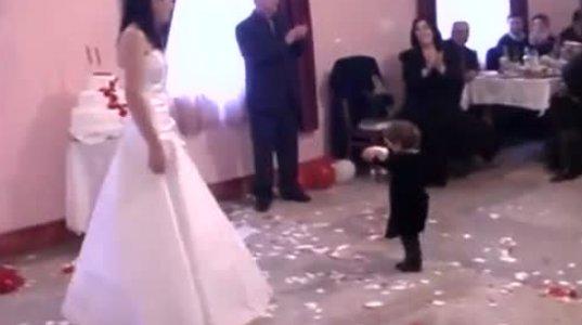 1 წლის და 7 თვის ბავშვი როგორ ცეკვავს