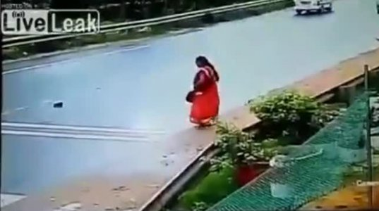 ქალმა გზაზე დაგდებული ფეხსაცმლის აღებას სიცოცხლე შესწირა