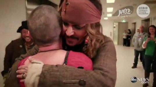 ჯონი დეპმა საავადმყოფოში ბავშვებს საჩუქარი გაუკეთა.