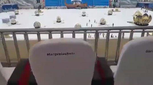 მარგველაშვილის და ღარიბაშვილის სკამები ერთმანეთის გვერდით ოლიმპიადის გახსნაზე
