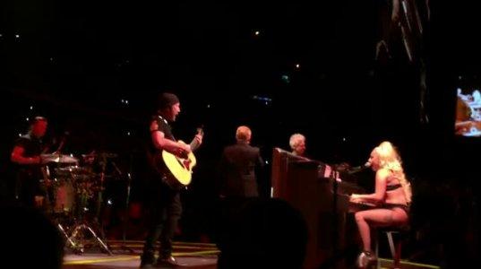 სიურპრიზი U2-ს კონცერტზე და ლედი გაგას შესრულებული Ordinary Love