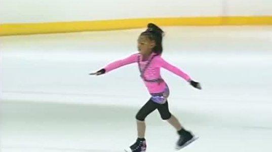 შავკანიანი გოგონა ყინულზე საოცრებებს აკეთებს...