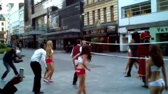 ქალაქის ცენტრი სექსუალურ შიშველ გოგონებმა ფრემბურთის თამაშით აიკლეს