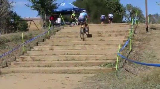 ველოსიპედისტი კიბეზე ველოსიპედით ავიდა