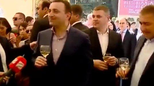 """პრემიერმა """"რუსთავი 2""""ის ჟურნალისტს კომენტარის ნაცვლად ღვინო მისცა"""