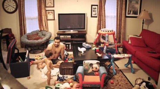 აი რა დააფიქსირა ვიდეო კამერამ, როცა დედამ ბავშვი მამასთან მარტო დატოვა