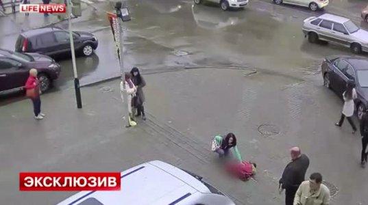 ქალმა ავტომობილით სამი ადამიანს გადაუარა(რუსეთი)