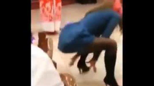 აღგზნებული რუსი გოგონა ცეკვავს თავდავიწყებით