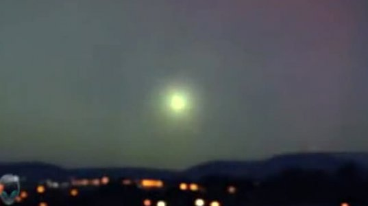 ავსტრალიის ცაზე წვიმის დროს უცნაური ცეცხლოვანი ბურთი გამოჩნდა