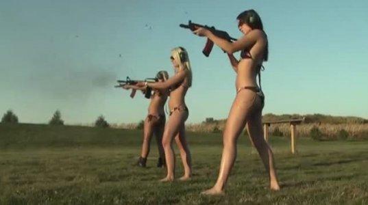 სავარაუდოდ მოდელი, ტანკენარი ბიკინებში გამოწყობილი გოგონები სასროლეთში