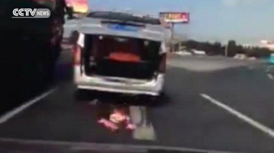 ბავშვი მოძრავი მანქანიდან გადმოვარდა, ბაბუამ კი ვერ შეამჩნია და გზა განაგრძო