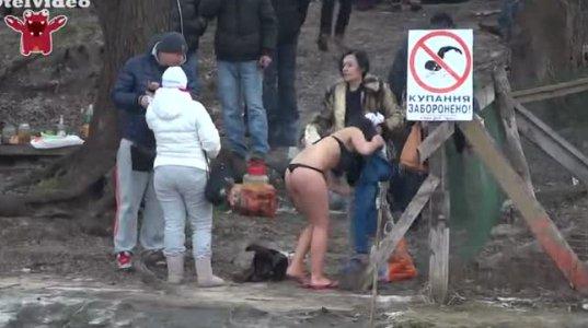სექსუალური გოგოები ცივ წყალში ბანაობენ