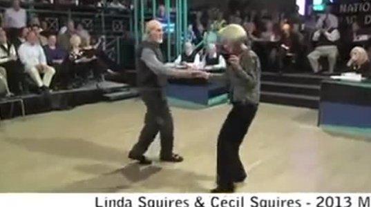 ღრმად ასაკოვანი წყვილის ულამაზესი და სანახაობრივი ცეკვა