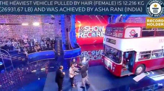 გინესის რეკორდი: ინდოელი გოგონა, რომელმაც ავტობუსი თმებით გაათრია