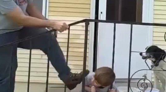 გისოსებში თავით გაჭედილი ბავშვი და მისი არაჩვეულებრივი განთავისუფლება