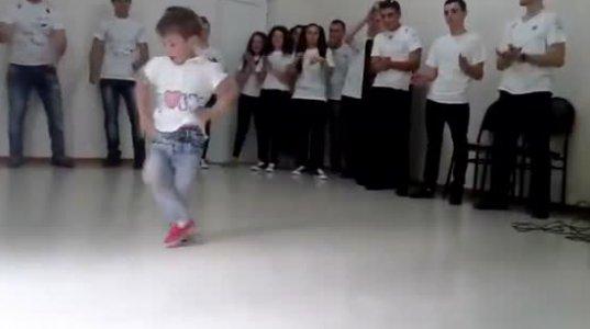 მაგრა ცეკვავს , პატარა კაცი!