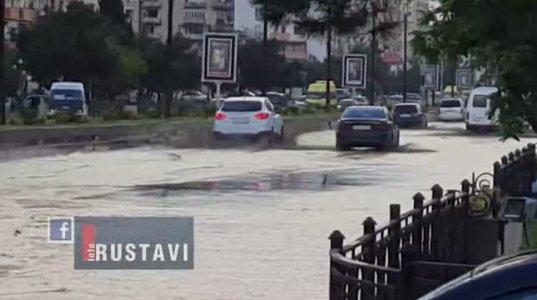 რუსთავში ძლიერი წვიმის შედეგად ქუჩები და კომერციული ფართები დაიტბორა