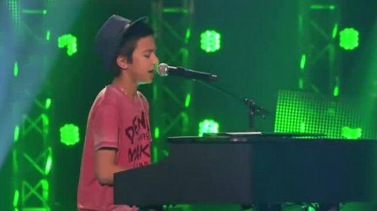 ეს  ბიჭი მოკრძალებით გამოვიდა სცენაზე და როიალს მიუჯდა,მაგრამ როცა სიმღერადაიწყო
