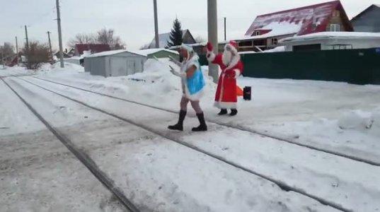ნასვამი  სნეგუროჩკა და  თოვლის  ბაბუა მხიარულად ერთობიან
