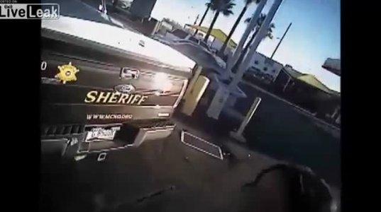 შიშველმა ქალმა მის დასახმარებლად გადასულ პატრულს მანქანა გასტაცა+10