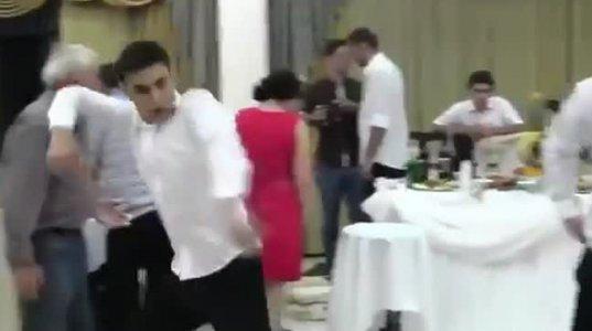 ნასვამმა ბაბუმ ქორწილში ცეკვისას ტორტი შეიწირა
