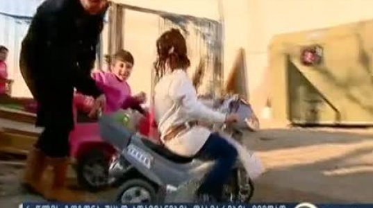 6 წლის გოგონა, რომელიც დედასთან ერთად თავს სამხედრო ვაგონს აფარებს